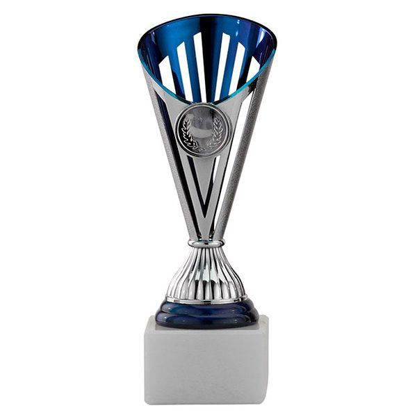 Zilveren trofee met donkerblauwe accenten en open details
